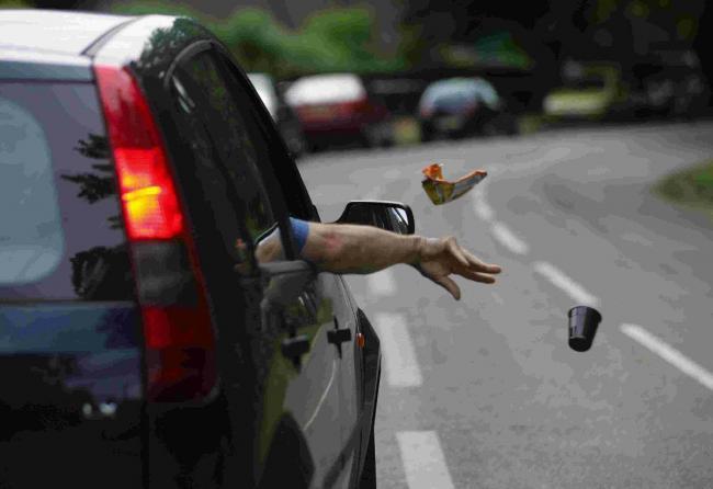 Jalan Bukan Tong Sampah, Stop Membuang Sampah Lewat Jendela Kendaraan