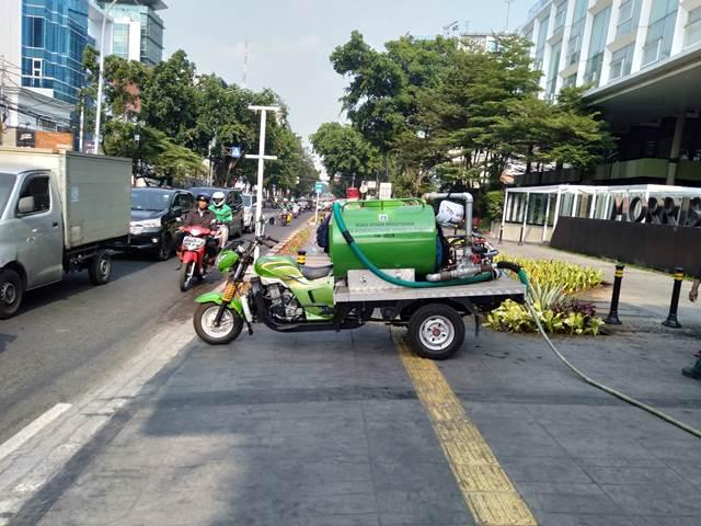 [Foto] Begini Tanaman Di Taman Kota Jakarta Disiram