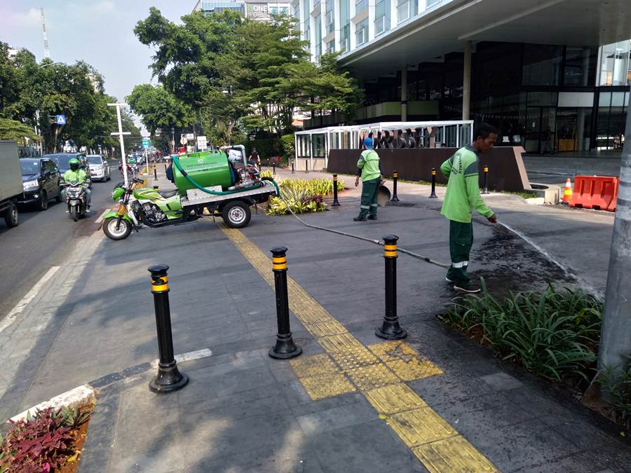 Begini Tanaman di Taman Kota Jakarta Disiram